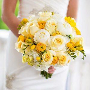 buket bunga mawar putih dan kuning